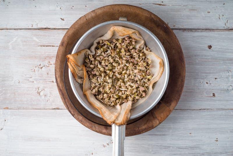 在一个碗的发芽绿豆在桌上 库存照片