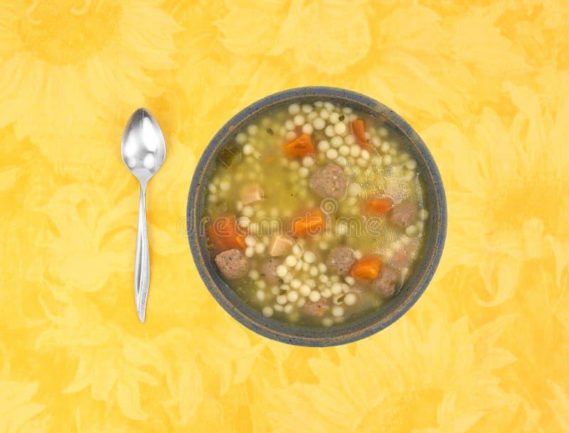 在一个碗的意大利样式婚礼汤有匙子的 库存图片
