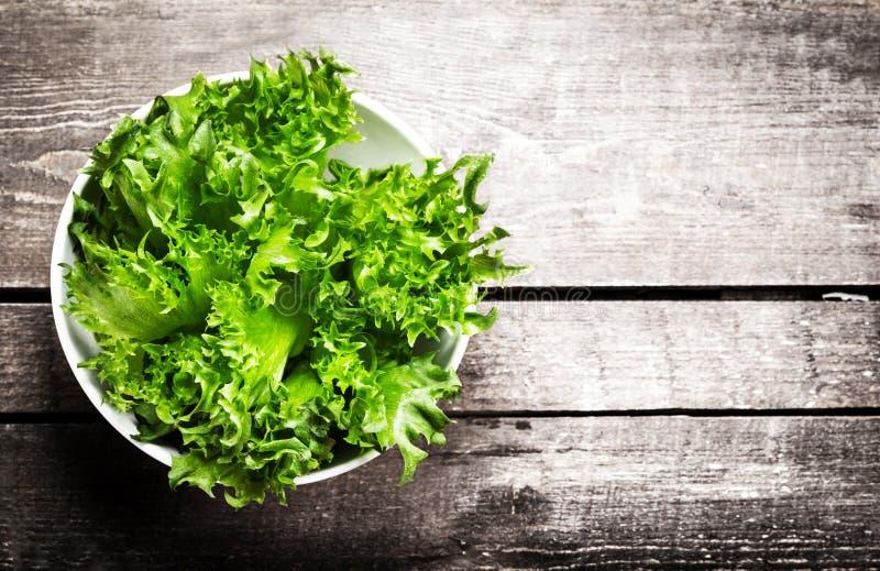 在一个碗的新鲜的蔬菜沙拉在木背景-莴苣Sala 库存照片
