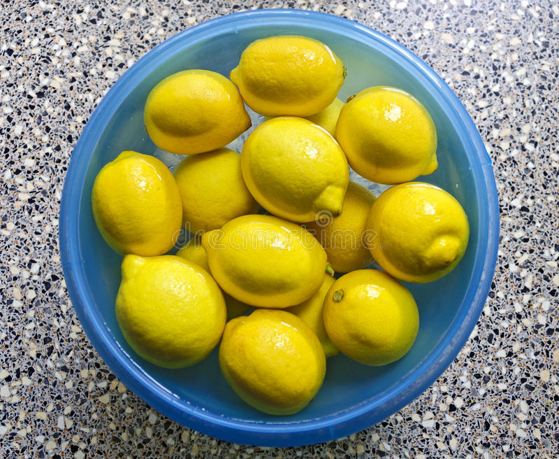 在一个碗的柠檬用水 库存照片