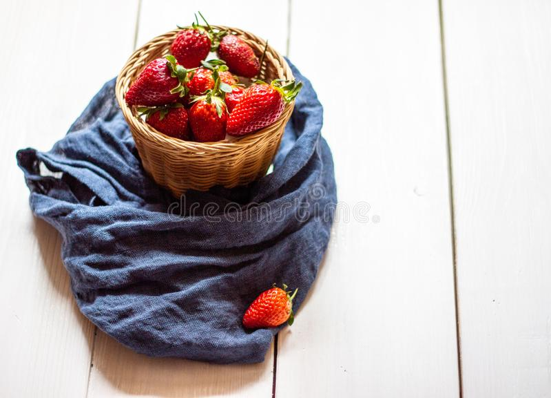在一个碗的草莓在木背景 E 免版税库存照片