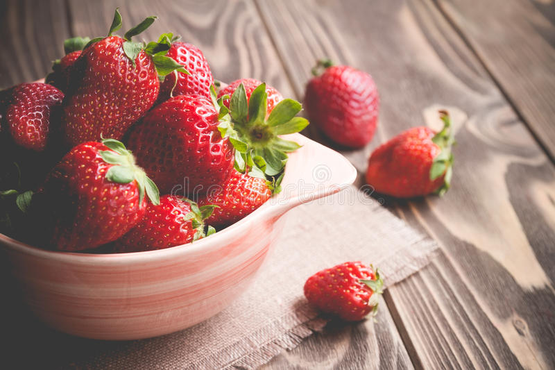 在一个碗的草莓在桌上 库存照片