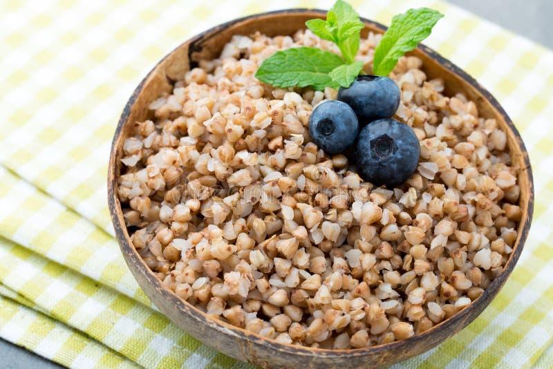 在一个碗的荞麦粥有薄荷叶和蓝莓的 免版税库存图片