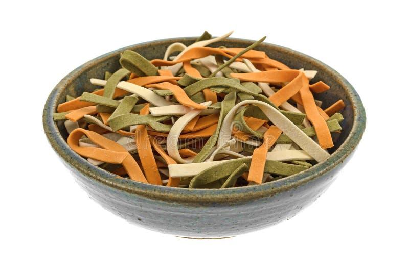 在一个碗的菜面条在白色背景 免版税库存照片