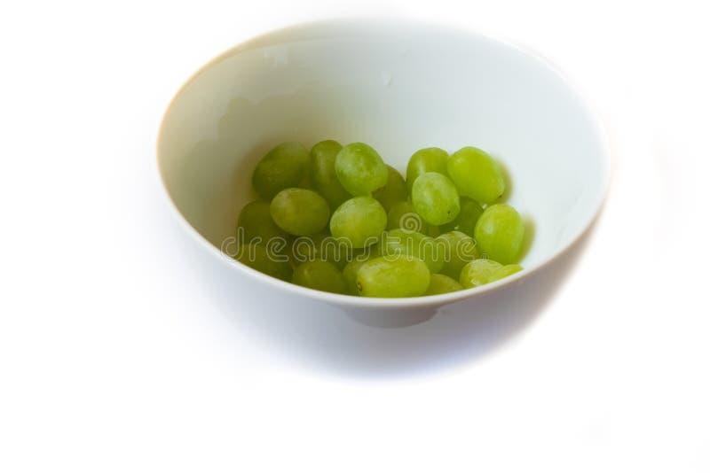 在一个碗的葡萄在白色背景 免版税库存图片