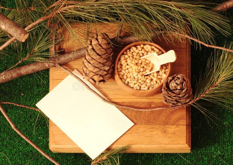 在一个碗的被剥皮的松果在一个木立场 免版税库存照片