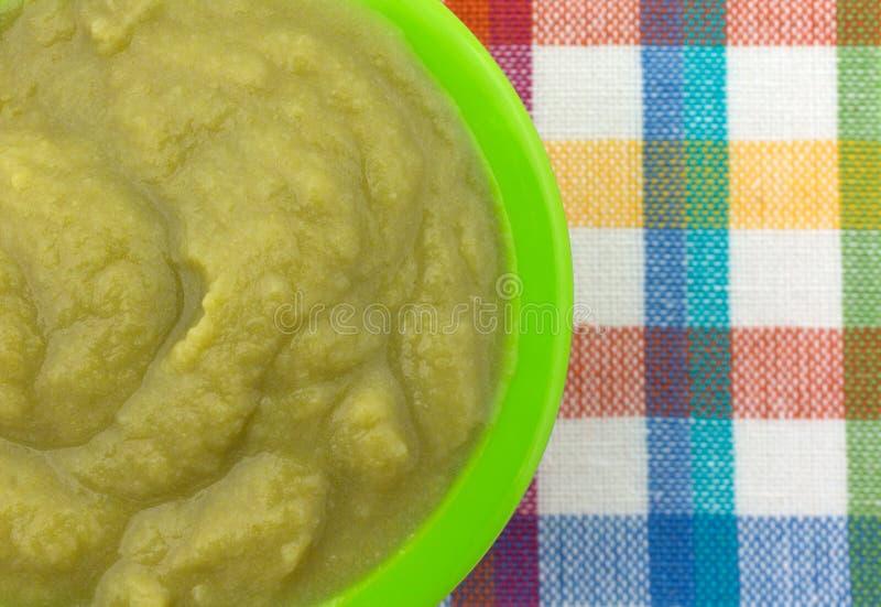 在一个碗的婴儿食品在一个五颜六色的位置字块 库存图片