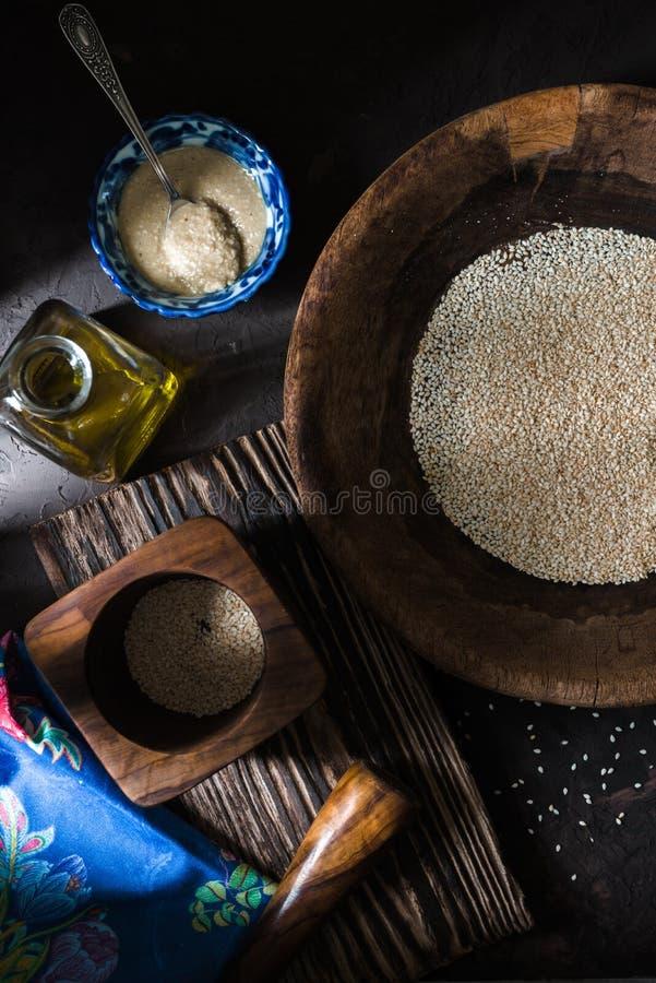 在一个碗的Tahini芝麻籽和橄榄油 免版税库存图片