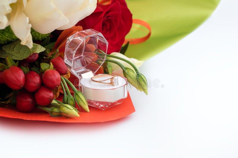 在一个礼物盒的定婚戒指有花明亮的花束的  结婚的提议 礼物为圣华伦泰` s天 库存照片