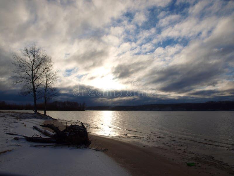 在一个离开的冬天海滩的重的云彩 免版税库存图片