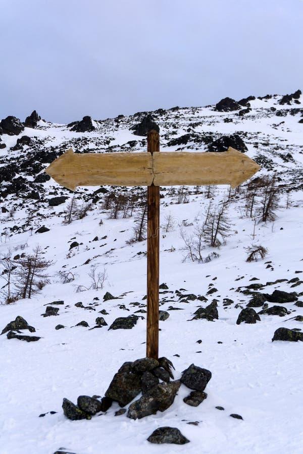 在一个离开的风景的双向路标 库存照片