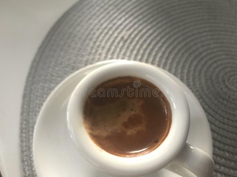 在一个空白杯子的浓咖啡咖啡 库存照片