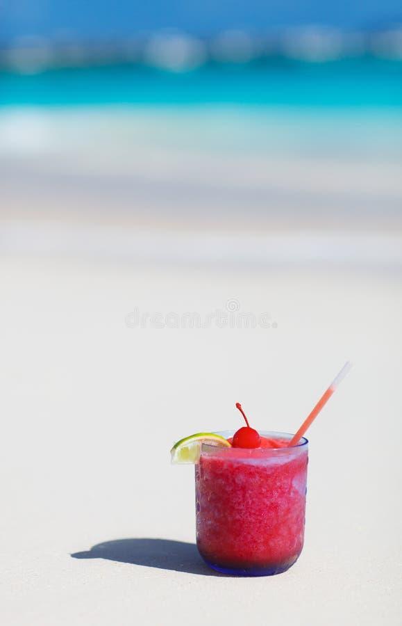 在空白沙子海滩的热带鸡尾酒 免版税库存照片