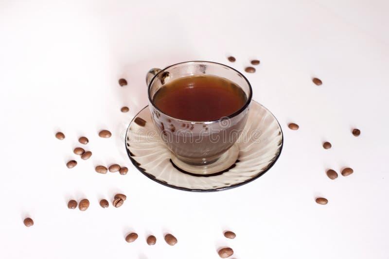 在一个空白背景的咖啡杯和豆 库存图片