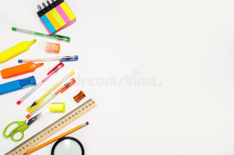在一个空白背景的学校辅助部件 文教用品 回到学校 苹果登记概念教育红色 书桌 上色笔,铅笔,统治者,翼状 免版税库存图片