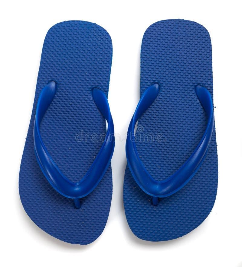 在一个空白背景的蓝色塑胶人字平底拖鞋 免版税库存图片