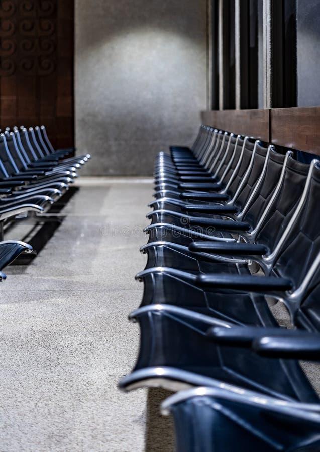 在一个空的驻地的被连接的金属椅子 免版税库存照片