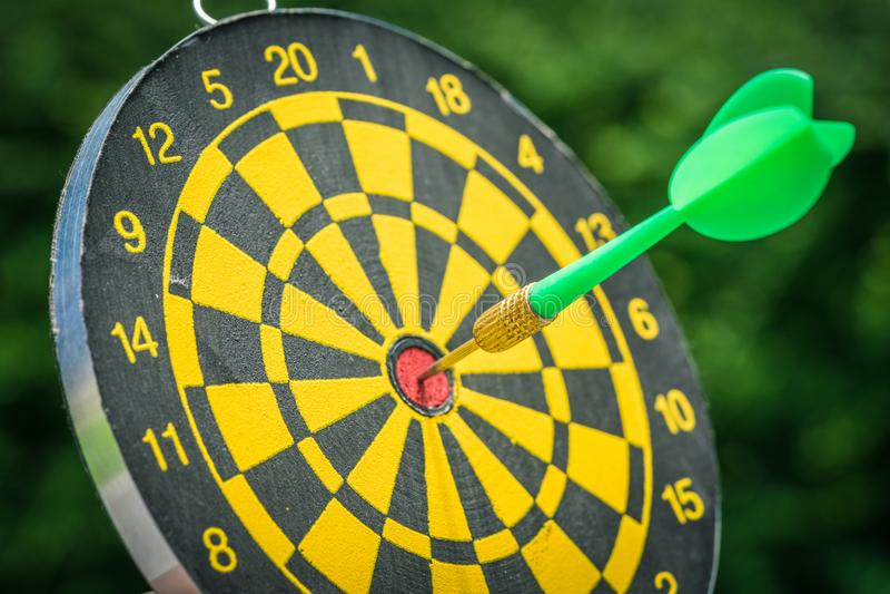 在一个箭别针的选择聚焦在掷镖的圆靶的中心与gr的 库存图片