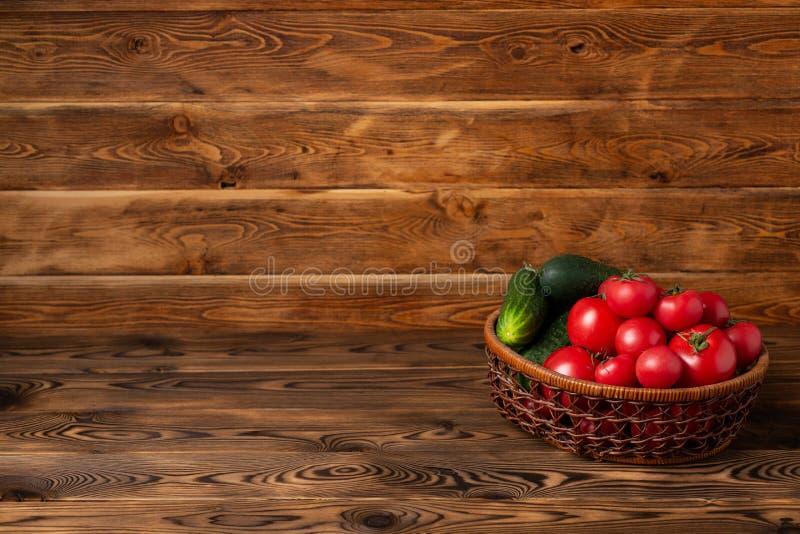 在一个篮子的菜在棕色木背景 免版税库存照片