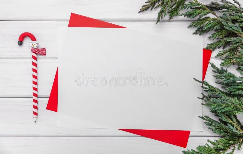 在一个红色框架的白色板料 假日问候的准备 库存照片