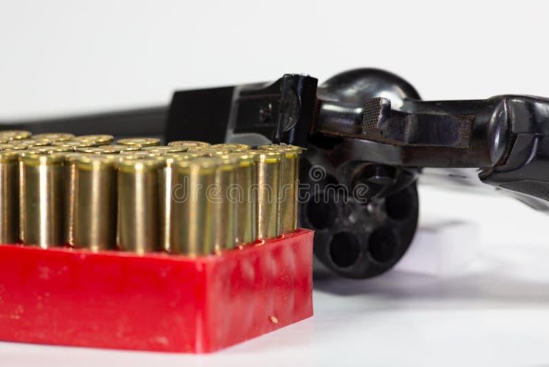在一个红色盘子的一箱子pf子弹在桌上 免版税库存照片