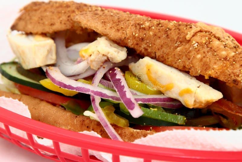在一个红色篮子的鸡和菜三明治 库存照片
