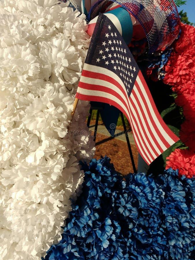 在一个红色,白色和蓝色纪念花圈的美国国旗 免版税库存照片