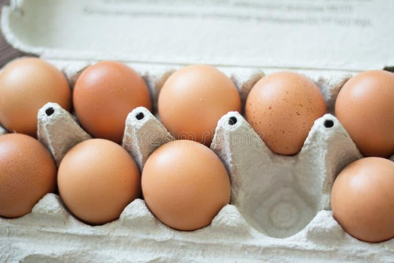 在一个纸板箱的鸡鸡蛋,有一个空的细胞的 免版税库存图片