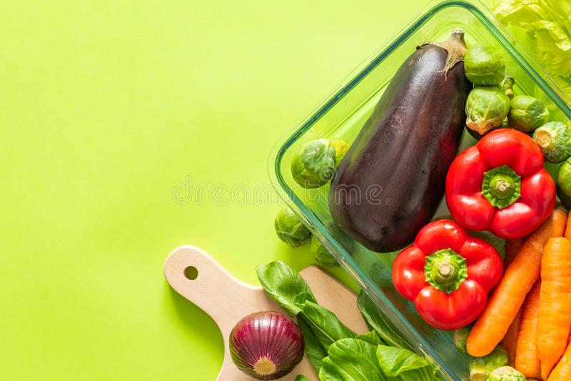 在一个绿色背景/地方的新鲜的健康菜文本的 库存照片