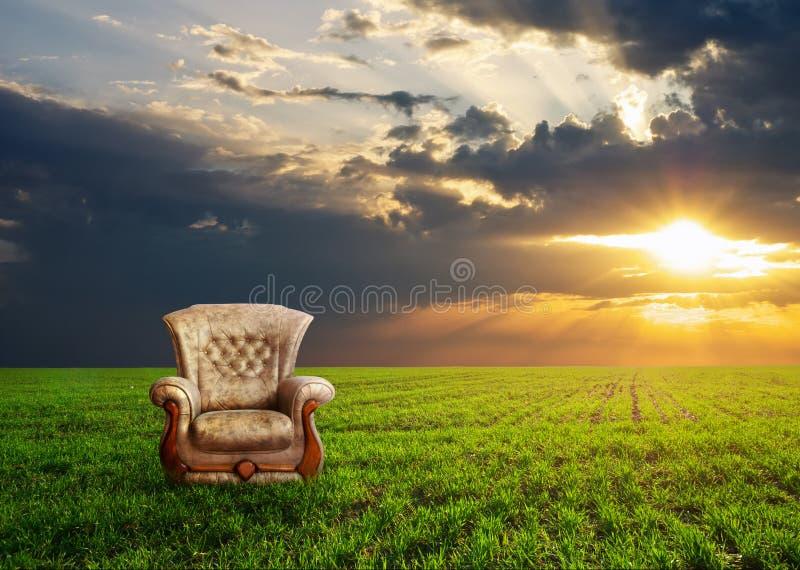 在一个绿色草甸的椅子 库存图片