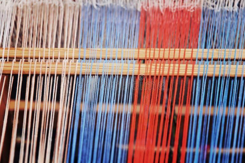 在一个编织机被采取的特写镜头的多彩多姿的螺纹 免版税库存照片