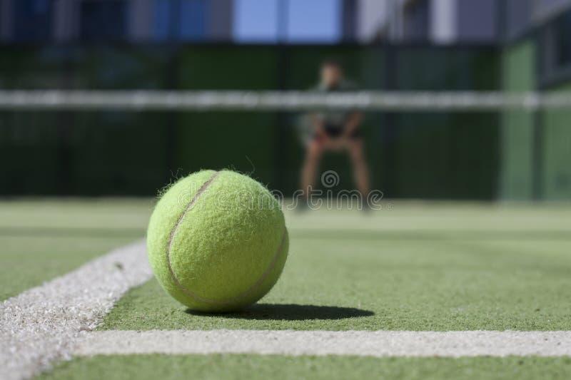 在一个网球场网球员的网球在焦点外面 库存照片
