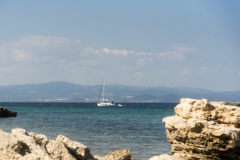 在一个美丽的地中海海湾的看法 免版税图库摄影