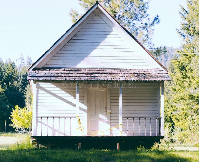 在一个美丽的森林建造的小木房子 免版税库存照片