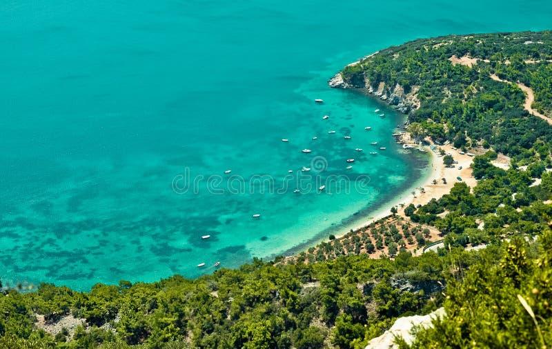 在一个美丽的海湾的小船 萨莫斯岛,希腊 库存图片