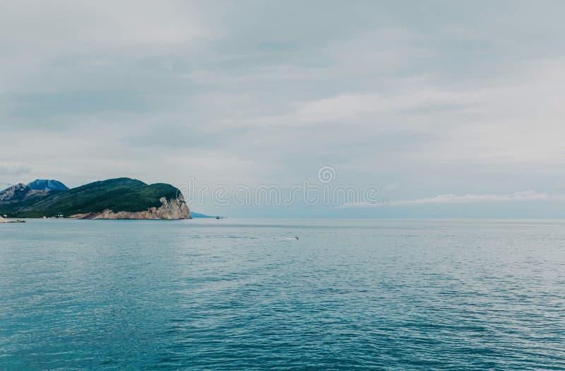 在一个美丽的海滩的看法与大海 免版税库存照片