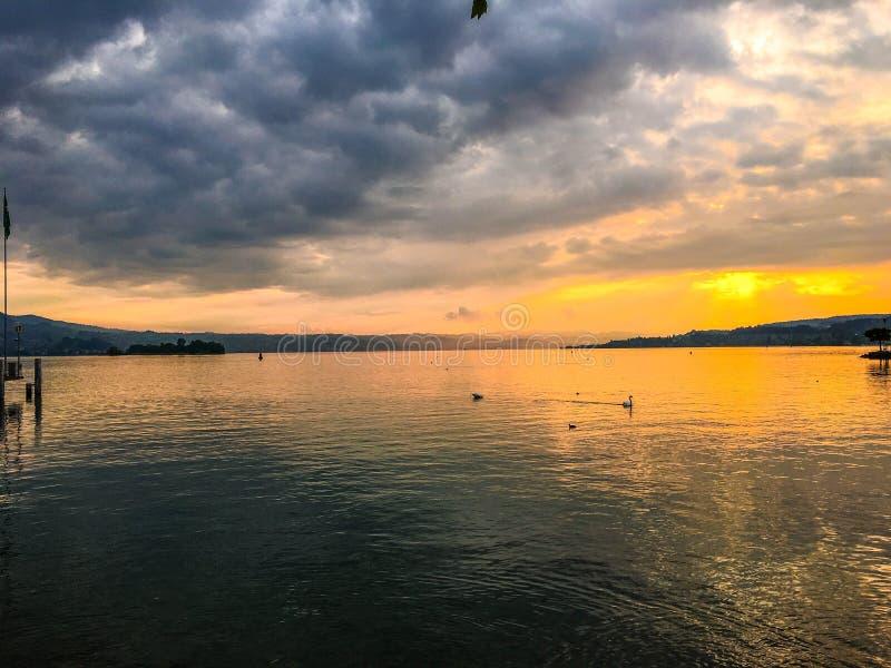 在一个美丽的湖的日落 库存图片