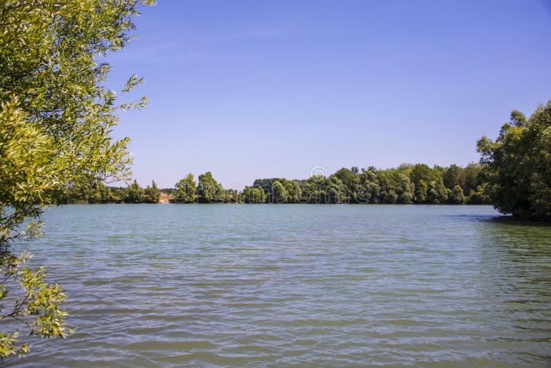 在一个美丽的湖的逗留在利-德-法兰西 免版税库存照片