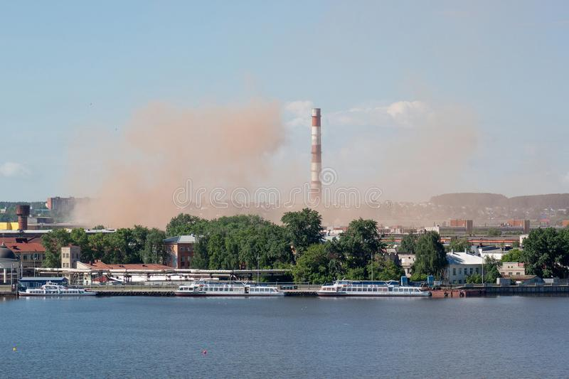 在一个美丽的湖附近的冶金植物 氧化氮放射到大气里 环境包装的污染 免版税库存图片