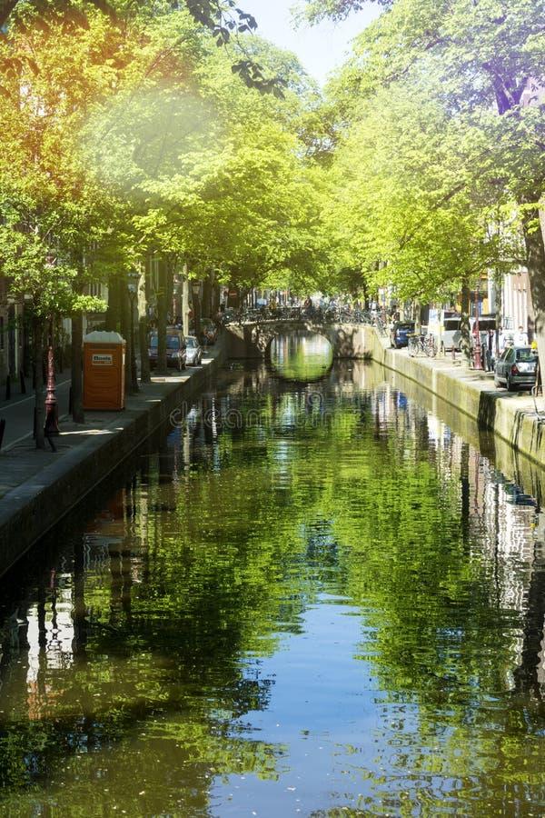 在一个美好的春日期间,一条运河在市阿姆斯特丹 免版税库存照片