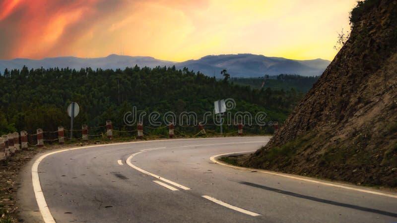 在一个美好的风景的一个弯曲道路 免版税库存照片