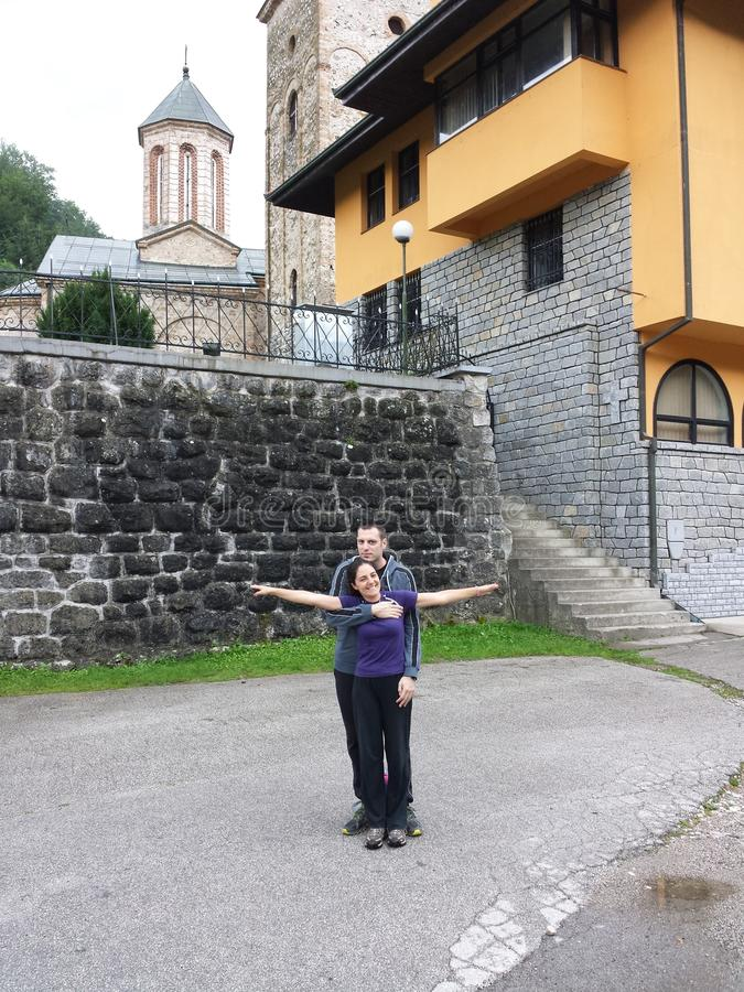 在一个老修道院附近的一对夫妇 免版税库存图片