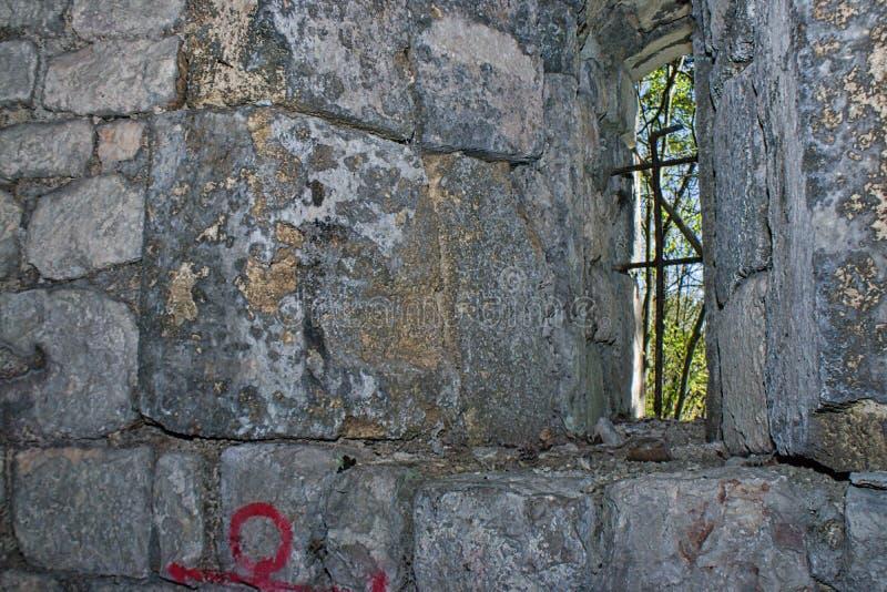 在一个老城堡塔的小窗口 库存图片