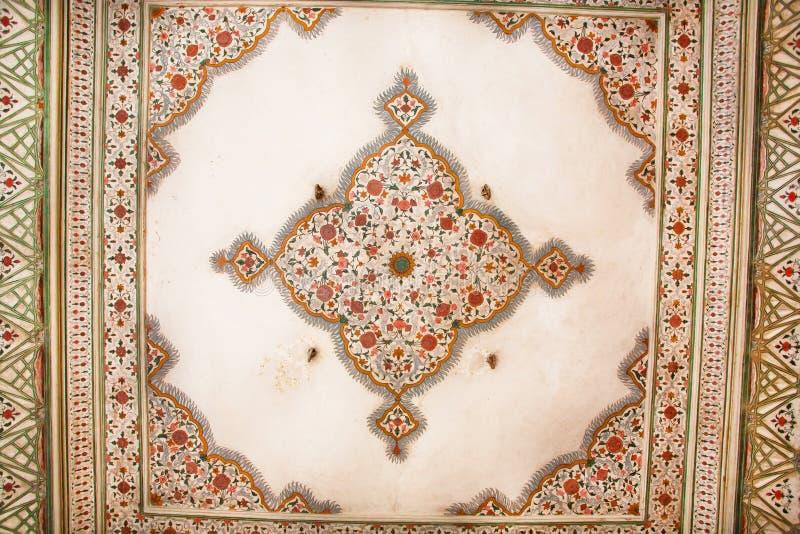 在一个老大厦的天花板的几何样式在印地安样式的 免版税库存照片