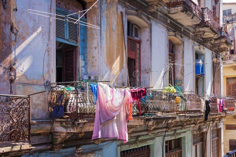 在一个老大厦的阳台的洗衣店在哈瓦那 免版税库存照片