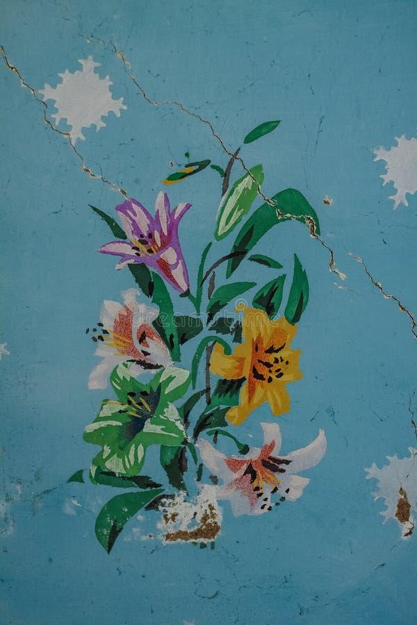 在一个老房子的墙壁上的被绘的花在乌克兰喀尔巴汗 免版税库存照片