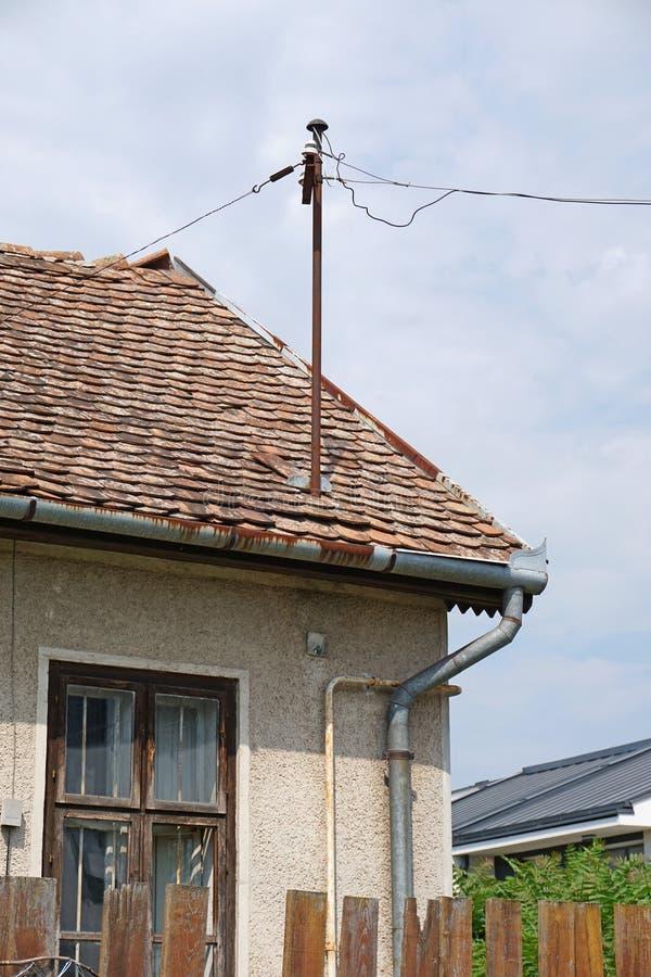 在一个老房子的屋顶的电话线 免版税库存照片