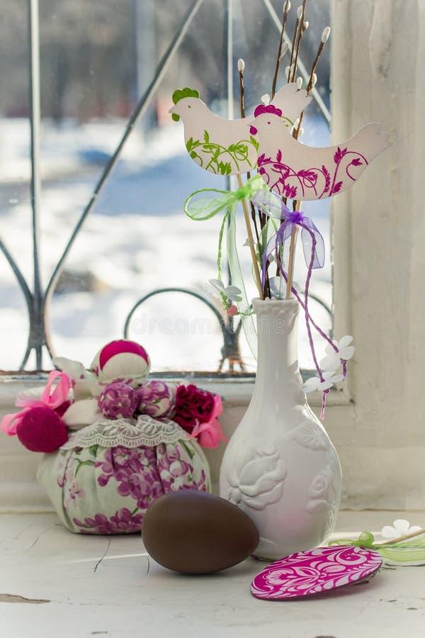在一个老房子的窗台的复活节静物画 免版税库存照片
