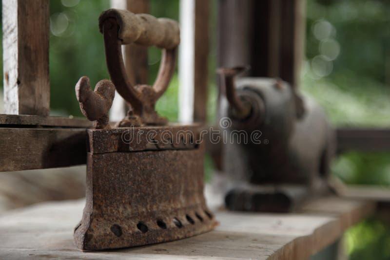 在一个老房子里显示的亚洲古色古香的铁 库存图片