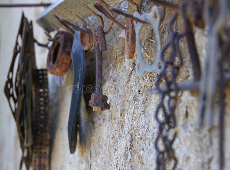 在一个老挂衣架勾子的老生锈的工具 图库摄影